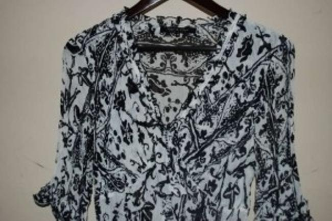 Violet & Claire Runs Small Crinkle Fabrick 3/4 Inch Sleeve Ruffle Detailing Top Black & White