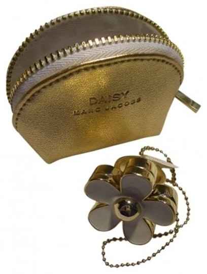 Preload https://img-static.tradesy.com/item/171935/marc-jacobs-white-and-gold-solid-perfume-daisy-ring-fragrance-0-0-540-540.jpg