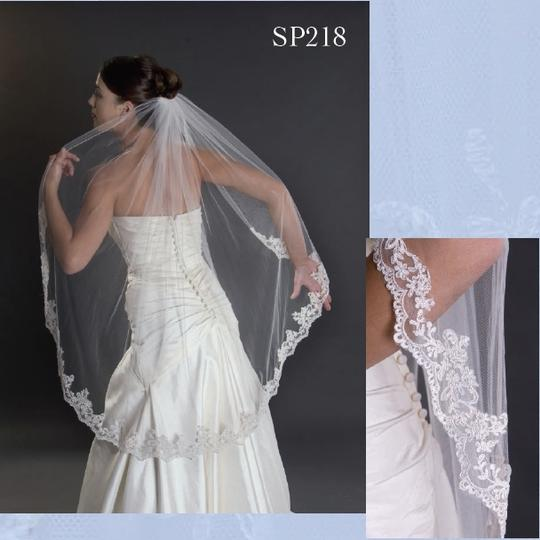 Preload https://img-static.tradesy.com/item/17212429/ivory-medium-alencon-lace-edge-bridal-veil-0-0-540-540.jpg