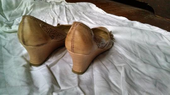 R2 Natural Cream Tan Wedges