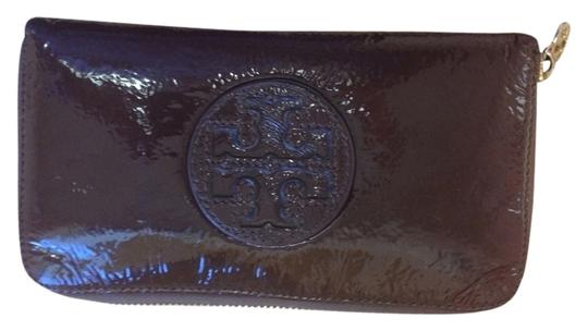 Preload https://item3.tradesy.com/images/tory-burch-around-wallet-dark-brown-patent-leather-clutch-1729262-0-0.jpg?width=440&height=440