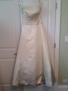 Reem Acra Ivory Silk & Satin Strapless Flower Beaded Formal Wedding Dress Size 8 (M)