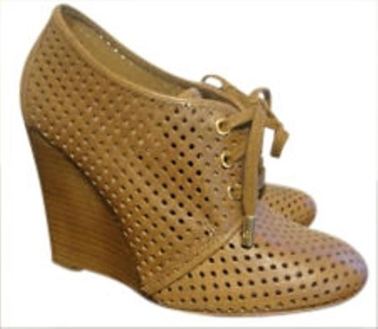 Preload https://img-static.tradesy.com/item/173749/tory-burch-tan-victor-perforated-oxford-wedges-size-us-10-0-0-540-540.jpg