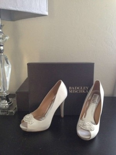 Badgley Mischka White Pumps Size US 7.5