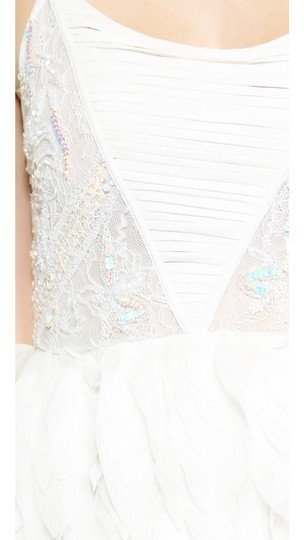 lovely Alice + Olivia White New Eaddy Embellished Faux Feather Gown 2 Dress - 75% Off Retail