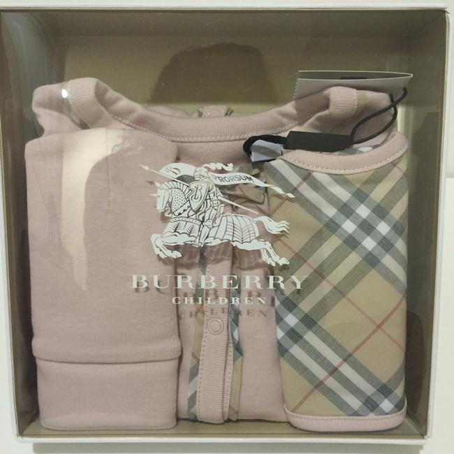 Burberry Burberry Girls Footie, Hat and Bib Set Size: 6 Months Image 3