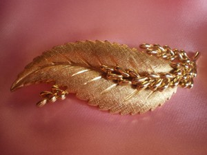 Trifari Like new vintage trifari gold leaf brooch