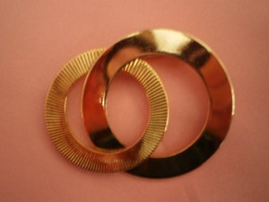 Like new Vintage goldtone intertwined circles pin