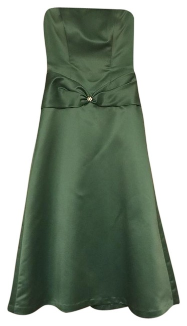 A green dress can just as easily be worn during the day as well as the night. Whether it is a dark green evening dress or a light hued cocktail dress, you are sure to make an impression. This color is perfect as it suits all types of skin tones and is both elegant as well as whimsical.