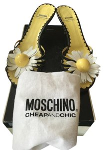 Moschino Black color w white camellias on top Sandals