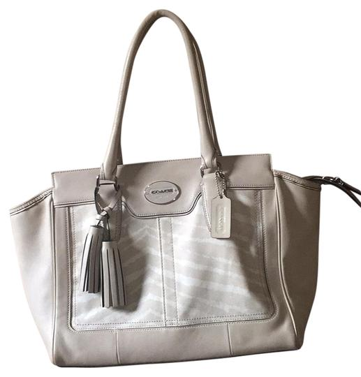 Preload https://img-static.tradesy.com/item/17672320/coach-legacy-tan-leather-tote-0-1-540-540.jpg