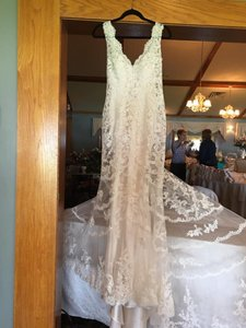 Allure Bridals Ivory Lace 9304 Feminine Wedding Dress Size 8 (M)