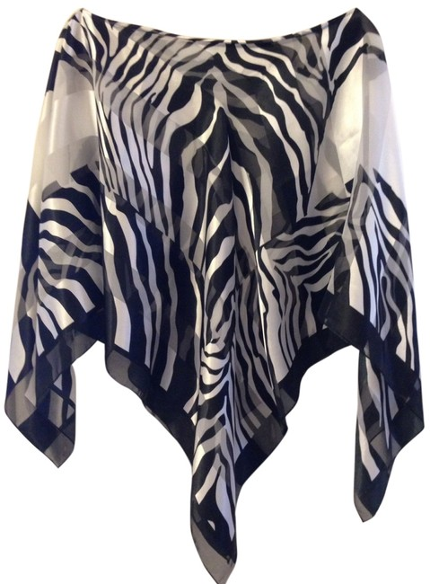 Preload https://item2.tradesy.com/images/black-and-white-tunic-size-os-one-size-1772136-0-0.jpg?width=400&height=650