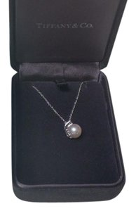 Tiffany & Co. TIFFANY SIGNATURE(R) PEARL PENDANT W/ 1 DIAMOND IN 18K WHITE GOLD, W/ BOX