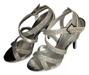 Fioni Silver Pumps