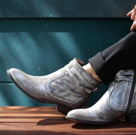 Preload https://img-static.tradesy.com/item/17808037/seychelles-pewter-metallic-factory-distressed-bootsbooties-size-us-8-regular-m-b-0-21-540-540.jpg