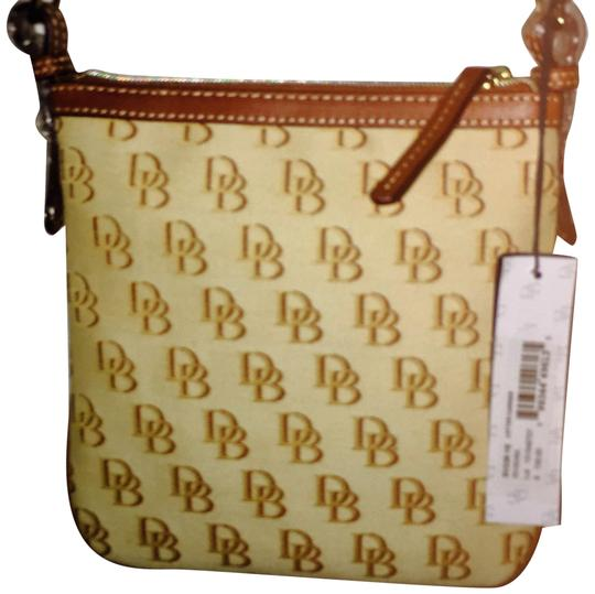 Preload https://img-static.tradesy.com/item/17821906/dooney-and-bourke-signature-tan-and-saddle-canvas-with-leather-pipingstraps-cross-body-bag-0-3-540-540.jpg