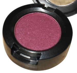 MAC Cosmetics MAC - Veluxe Pearl - Plum Dressing Eyeshadow