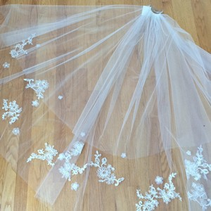 David's Bridal Ivory Medium Lace Applique Bridal Veil
