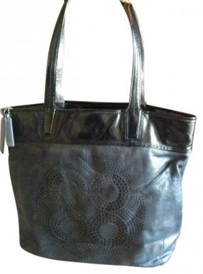 Preload https://item3.tradesy.com/images/coach-black-leather-tote-179282-0-0.jpg?width=440&height=440
