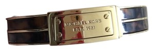 Michael Kors NWT MICHAEL KORS Heritage Logo Plaque Hinge Bangle MKJ2247710