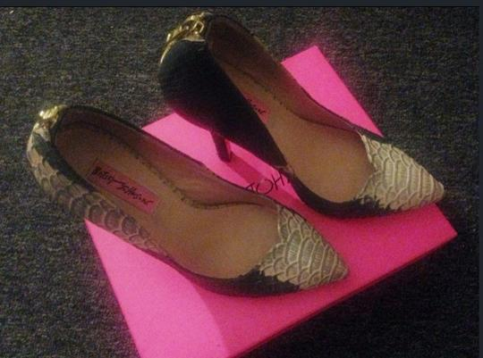 Betsey Johnson Navy & Cream Pumps