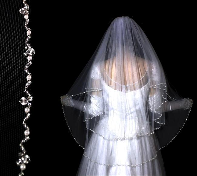 Item - Diamond White/Off White Medium Royal Collection 2 Layer Crystal Pearl Bridal Veil
