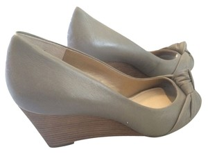 AK Anne Klein Gray Kitten Toe Leather Vintage Knot Heel Iflex Light Gray Wedges