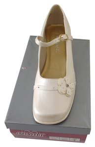 Modit Cream Flats