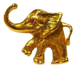 DeWitt's Beautiful Vintage Elephant Pin made of 14 K Yellow Gold with Ruby Eye