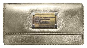 Marc by Marc Jacobs Classic Q Tri-fold Pebbled Leather Wallet in Metallic Light Gold