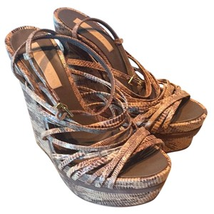 BCBGMAXAZRIA Neutral snakeskin Wedges