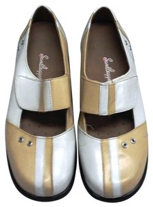 Sandbaggers Mary Jane Velcro Closures Comfy Rubber Soles White & Tan Athletic
