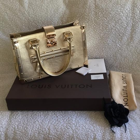 Preload https://img-static.tradesy.com/item/18878962/louis-vuitton-suhali-le-fabuleaux-limited-edition-gold-leather-baguette-0-2-540-540.jpg