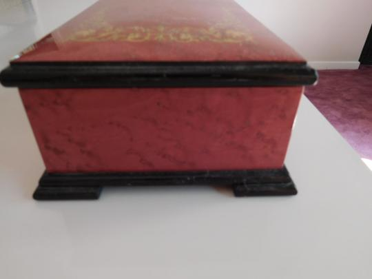 CAPRI ARTIST MAGNIFICENT LACQUERED BOX W/ GOLD INLAY DESIGN, RED VELVET LINING Image 1