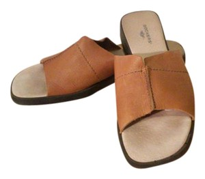 Dockers Tan Wedges