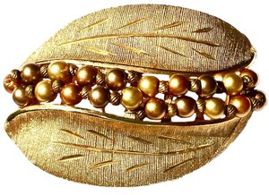 Kramer VTG KRAMER TEXTURED GOLDPLATE LEAF SHAPED AND BROWN PEARL BROOCH