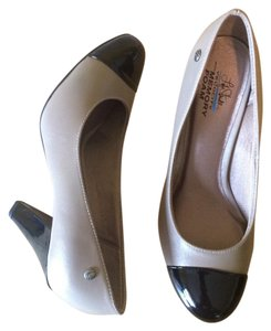LifeStride Tan and Black Pumps