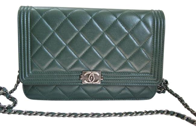 Item - Chain Boy Le Woc Wallet On A Green Leather Cross Body Bag