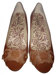 Kenneth Cole Reaction Peep Toe Cute Flower Size 8 Brown Wedges