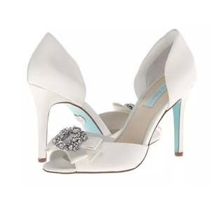 Betsey Johnson Ivory/white Pumps