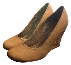 Piccadilly Tan Wedges