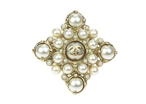 Chanel Gold Pearl CC Logo Diamond Shaped Ring
