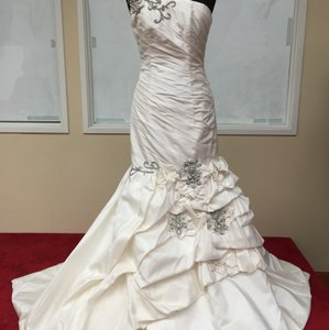 St. Pucchi 323 (24) Wedding Dress