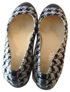 Chanel Black and white tweed Flats