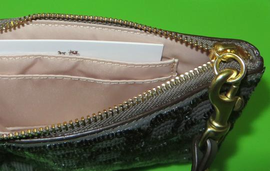 Coach Coach POPPY SEQUIN SIGNATURE C SMALL WRISTLET Image 8