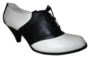 G.H. Bass & Co. Leather Saddle black & white Pumps
