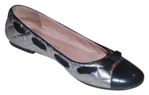 Marc Jacobs Dressy Or Casual Retro Look Bow Accents At Toes Rounded Toe Excellent Condition quited silver leather and black patent leather Flats