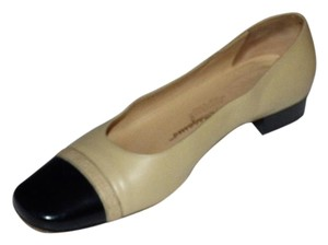 Salvatore Ferragamo Comfy Classic taupe leather & black patent leather Pumps