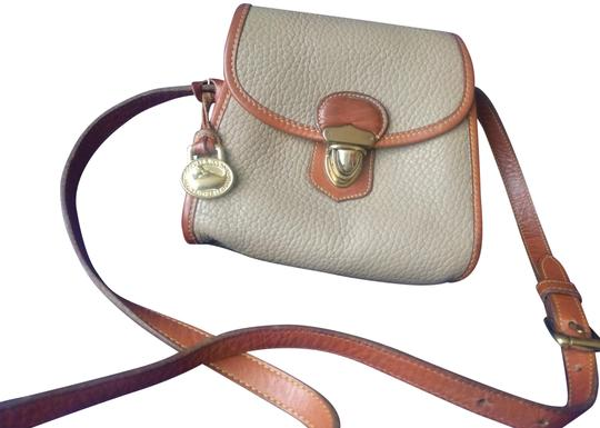 Preload https://img-static.tradesy.com/item/19499332/dooney-and-bourke-little-lock-brown-sugar-taupe-pebble-leather-cross-body-bag-0-4-540-540.jpg